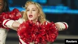 Al llegar con su gira MDNA a EE.UU., durante su primer concierto en el Yankee Stadium de Nueva York, el pasado 6 de septiembre, Madonna entonó algunos apartes de la canción 'Human Nature', mientras se desvestía.