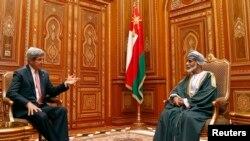 Menlu AS John Kerry (kiri) bertemu pemimpin Oman, Sultan Qaboos bin Said di Muscat, Oman (21/5).
