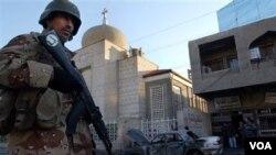 Tentara Irak melakukan penjagaan salah satu gereja di Baghdad, Irak.