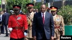 លោកប្រធានាធិបតីកេនយ៉ា Uhuru Kenyatta ដើរពិនិត្យមើលទាហានកិត្តិយសនៅមុនពេលបើកកិច្ចប្រជុំសភាលើកទី១២ នៅខាងក្រៅអគាររដ្ឋសភា នៅក្នុងក្រុង Nairobi ប្រទេសកេនយ៉ា កាលពីថ្ងៃទី១២ ខែកញ្ញា ឆ្នាំ២០១៧។