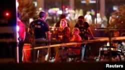 Des spectateurs attendent d'être auscultés par les secours, après la fusillade de Las Vegas, le 2 octobre 2017.