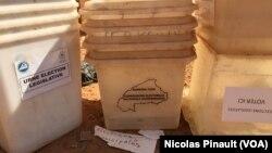 Le Burkina Faso a prêté 25 000 urnes au Niger afin d'assurer le bon déroulement des scrutins du 21 février. (VOA/Nicolas Pinault)