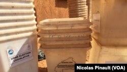 Des urnes de la CENI au Burkina. (VOA/Nicolas Pinault)