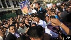 Wamisri wa dhehebu la Coptic wakiandamana Jumapili mjini Cairo kulaani ghasia za kidini za siku mbili kati ya waislamu na wakristo.katika kitongoji cha Imbaba Cairo., May 8, 2011.