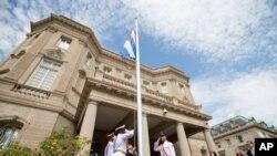 په واشنگتن کې د کیوبا بیرغ د شپیتو کلونو نه وروسته د لومړي ځل دپاره لوړ ورپول شو.