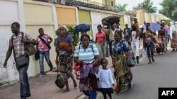 Des habitants de Brazzaville fuient les combats entre les forces de sécurités congolaises et des assailants le 4 avril 2016.