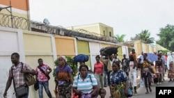Les habitants des quartiers du sud de Brazzaville fuient les combats entre les forces de sécurité congolaises et des hommes armés inconnus le 4 avril, 2016.
