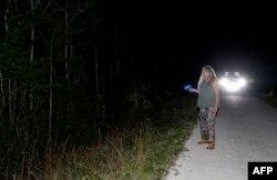 Anne Gordon Vega, kontraktor Dinas Konservasi Margasatwa dan Perikanan Florida, menyisir sebuah area di Everglades untuk mencari ular piton Burma di Miami, Florida, 6 Mei 2019.