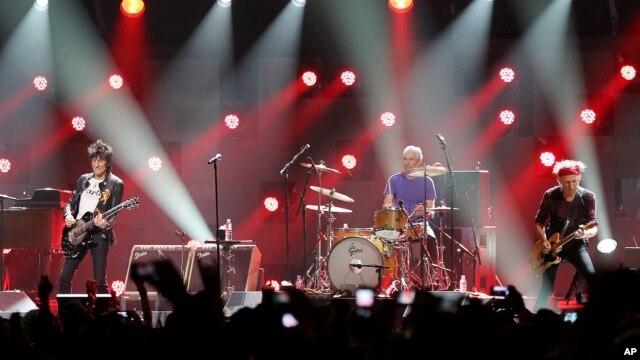 Ron Wood, Charlie Watts, và Keith Richards của ban The Rolling Stones trình diễn tại buổi hòa nhạc gây quỹ cho nạn nhân bão Sandy, ngày 12/12/2012.