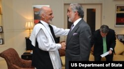Presiden Afghanistan Ashraf Ghani, berjabat tangan dengan pesaingnya, Abdullah Abdullah, di Kabul. (Foto: Dok)