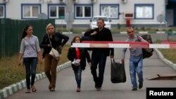 Украинские беженцы на украинско-российском пограничном пререходе направляются в Ростовскую область России. 19 августа 2014 г.