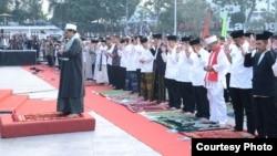 Presiden Joko Widodo melakukan Shalat Idul Adha di Lapangan Merdeka, kota Sukabumi Jawa Barat, Jumat 1 September 2017. (Foto: Biro Pers Kepresidenan).
