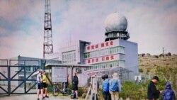 大帽山雷達站新增「能打仗 打胜仗」簡體字標語,行山人士紛紛舉機拍攝。(香港蘋果日報 2021年1月16日)