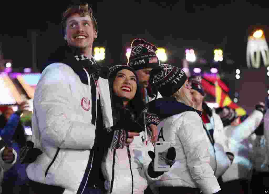 Atletas de Estados Unidos caminan en el estadio durante la ceremonia de clausura de los Juegos Olímpicos de Invierno de 2018 en Pyeongchang, el 25 de febrero de 2018.