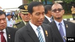 Presiden Jokowi di Lanud Halim Perdanakusuma Jakarta, Senin (27/4) mengatakan optimis Indonesia mampu memanfaatkan letak geografisnya sebagai penyeimbang negara-negara kawasan Asia Timur (VOA/Andylala).