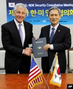 美國國防部長哈格爾(左)和南韓國防部長金寬鎮(右)握手