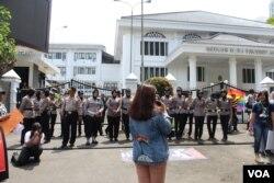 Aksi seratusan orang di depan gedung DPRD Jawa Barat ini dijaga oleh kepolisian. (Foto: Rio Tuasikal/VOA)