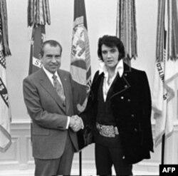 猫王与尼克松总统握手