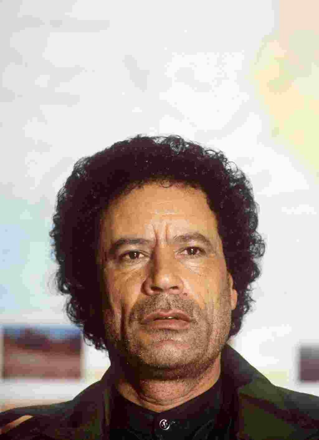 در این عکس معمر قذافی که خسته بنظر میرسد در ۲ فوریه ۱۹۸۶ در طرابلس با خبرنگاران که در اجلاس فرماندهی عالی نیروهای انقلابی کشورهای عرب حضور داشتند گفت و گو میکند.