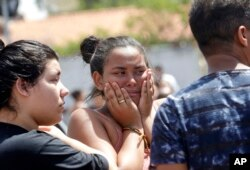 Seorang siswi menangis di luar Sekolah Negeri Raul Brasil di Suzano, kawasan Sau Paulo raya, Brazil, Rabu, 13 Maret 2019