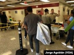 노스캐롤라이나주 해안도시 윌밍턴 주민들이 12일 허리케인 '플로렌스' 대피소를 준비하고 있다.