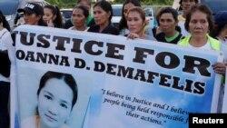 Warga menampilkan plakat saat mereka menunggu kedatangan jenazah Joanna Demafelis, pembantu rumah tangga asal Filipina yang tewas dibunuh dan ditemukan di dalam sebuah lemari es di Kuwait, di kampung halamannya di provinsi Iloilo, Filipina, 17 Februari 2018. (Foto: dok).