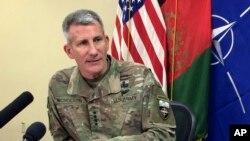 افغانستان میں امریکی کمانڈر جنرل جان نکلسن بگرام ایئر بیس پر میڈیا سے بات کرتے ہوئے۔ فائل
