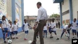 O presidente Obama durante a visita que fez à favela Cidade de Deus, no Rio de Janeiro
