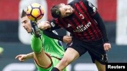 Jose Ernesto Sosa d'AC Milan en action contre Leonardo Capezzi de Crotone, à Milan, le 16 avril 2016.
