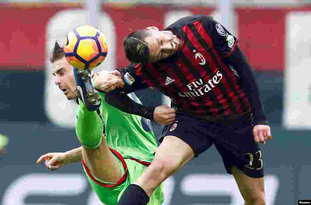 កីឡាករ Jose Ernesto Sosa របស់ក្រុម AC Milan ដណ្តើមបាល់ជាមួយនឹងកីឡាករ Leonardo Capezzi របស់ក្រុម Crotone ក្នុងពេលប្រកួតបាល់ទាត់ Serie A របស់អ៊ីតាលី នៅស្តាត San Siro ក្នុងក្រុង Milan ប្រទេសអ៊ីតាលី។