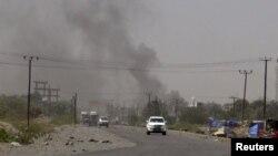De la fumée d'échappe d'un bâtiment du gouvernement à al-Houta, la capitale provinciale de la province de Lahej au sud du Yémen, le 21 mars 2015.