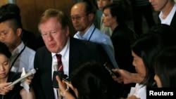 美國特使羅伯特.金被記者包圍
