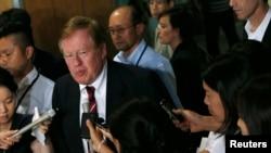 미국 국무부의 로버트 킹 북한인권특사가 29일 일본 도쿄에서 방북 계획에 관해 기자들의 질문에 답하고 있다. 북한은 킹 특사의 방북을 적격 철회했다.