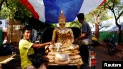 Những người biểu tình chống chính phủ vận chuyển một bức tượng Phật bằng vàng tại trung tâm Bangkok, ngày 23/5/2014.