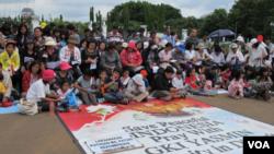 Sejak GKI Yasmin disegel, para anggota jemaat melakukan ibadah dua minggu sekali di seberang Istana Merdeka, Jakarta. Ibadah ini dilakukan bersama jemaat HKBP Filadelfia, Bekasi, yang bernasib serupa. (foto: dok).