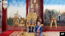 Raja Maha Vajiralongkorn bersama selirnya, Mayor Jenderal Sineenatra Wongvajirabhakdi. (Foto: dok).