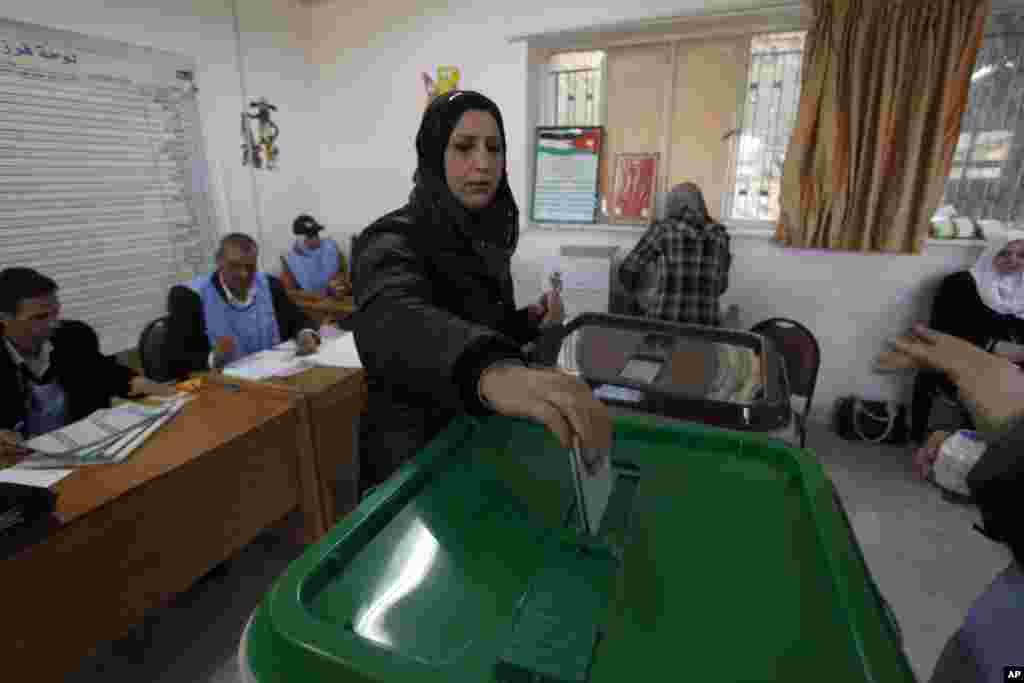"""Ще у липні 2012-го року """"Фронт ісламської дії"""", політичне крило національного відділення міжнародної асоціації """"Брати-мусульмани"""", повідомив, що буде бойкотувати вибори. Причина бойкоту - недостатнє збільшення квоти в парламенті для партійних кандидатів. Таким чином виборча система надає перевагу кандидатам від племен."""