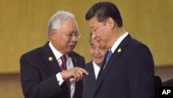 지난해 11월 필리핀 마닐라에서 열린 아시아-태평앙 경제 협력기구(APEC) 정상회의 기간 중 환담하고 있는 나집 라작(왼쪽) 말레이시아 총리와 시진핑 중국 국가주석. (자료사진)