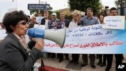 Khadija Ryadi, ex-présidente de l'Association marocaine des droits humains (AMDH) et prix de l'ONU pour les droits de l'Homme en 2013, lance des slogans lors d'une manifestation à Rabat, Maroc, 22 octobre 2013.
