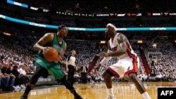 Paul Pierce (alors avec les Celtics) face à Lebron James (alors avec Miami Heat) , Finale de la Conférence-Est, le 28 mai 2012. (AFP Photo/Mike Ehrmann)