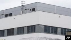 Penjara di Regensburg, Jerman selatan, 29 Juni 2017. Pihak berwenang akan mengevakuasi para penghuni penjara ini, setelah ditemukannya bom sisa Perang Dunia II, beberapa ratus meter dari penjara tersebut pada hari Rabu. (Armin Weigel / dpa via AP)