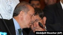 Turkiya prezidenti etib saylangan Toyib Erdog'an (chapda) Tashqi ishlar vaziri Ahmet Dovuto'g'li bilan