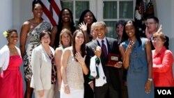 President Barack Obama bersama tim pemenang liga WNBA (Women NBA) Seattle Storm, Rabu (29/6).