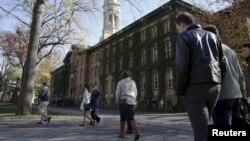 프린스턴 대학교나소홀 옆으로 학생들이 지나고 있다.