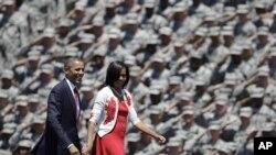 Presiden Obama dan Ibu Negara Michelle Obama mendapat penghormatan dari para prajurit AS di Fort Stewart, Georgia, Jumat (27/4).
