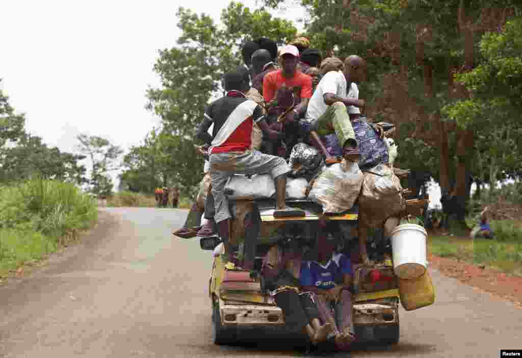 People pile on a vehicle on a road between the village of Zawa and the town of Yaloke, Central African Republic, April 8, 2014.