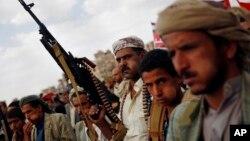 Pemberontak Syiah Houthi melakukan unjuk rasa memrotes serangan udara Saudi di Sanaa, Yaman (24/8). Pemberontak Houthi membebaskan 5 sandera hari Minggu 20/9.