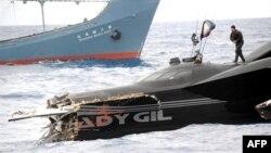 """环保组织""""海洋守护者""""6日展示遭日本捕鲸船撞成两截的抗议快艇"""