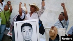 Campesinos protestas la desaparición de 43 normalistas en el estado de Guerrero, donde ayer aparecieron 61 cadáveres más en un crematorio abandonado.