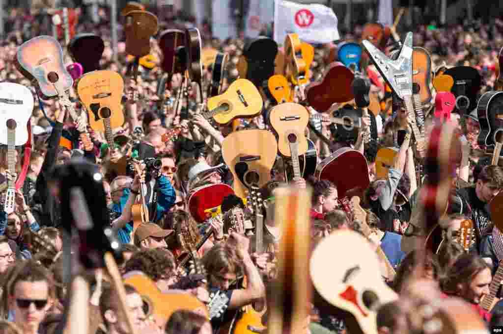 ការប្រមូលផ្តុំអ្នកលេងហ្គីតាដ៏ច្រើនក្នុងគោលបំណងបំបែកកំណត់ត្រាពិភពលោកសម្រាប់អ្នកលេងហ្គីតាជាក្រុម នៅក្នុងក្រុង Wroclaw ប្រទេសប៉ូឡូញ។ បើយោងតាមរបាយការណ៍តាមប្រព័ន្ធផ្សព្វផ្សាយ តន្រ្តីករចំនួន៧.៣៥៦ ប្រមូលផ្តុំគ្នានៅក្នុងទីលាន Wroclaw Market Square ដើម្បីលេងបទ Hey Joe ដ៏ល្បីរបស់លោក Jimi Hendrix។
